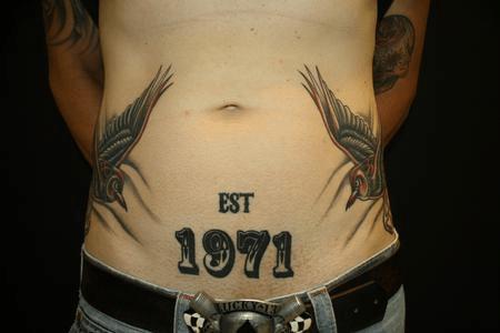 barrigas com tatuagens