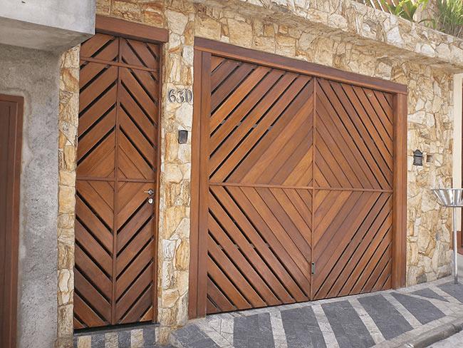 portão na garagem de madeira