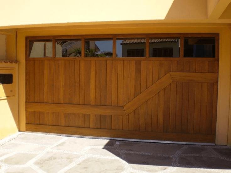 portão de madeira na garagem